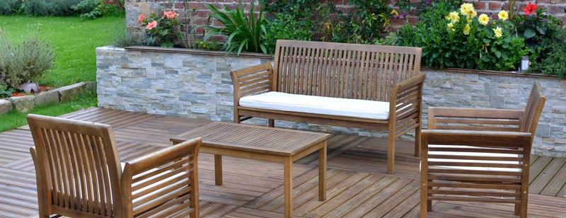 Salon de jardin sur une terrasse en bois